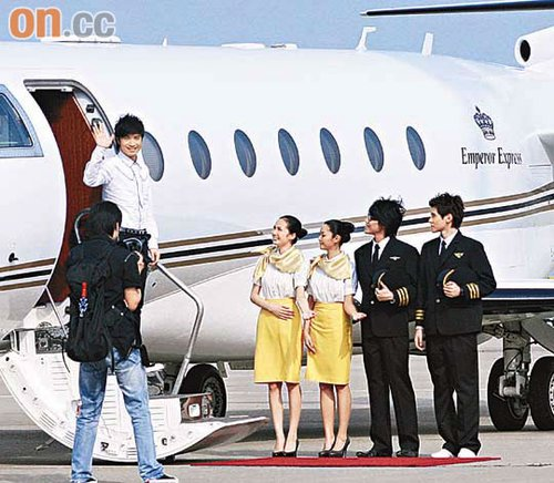 古巨基坐私人飞机出巡 空降澳门众星列队欢迎_酷狗