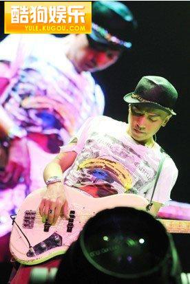 beyond金曲广州演唱会 黄家驹红色吉他再现