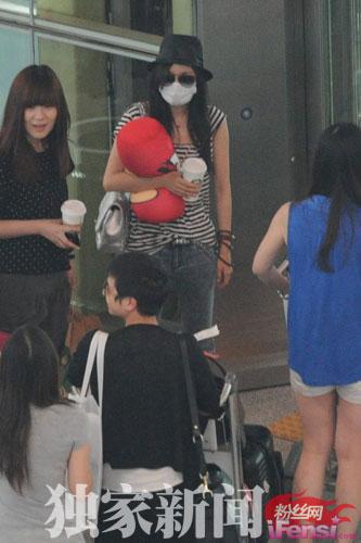 杨幂最近主演的恐怖片《孤岛惊魂》票房大热,忙于各地宣传的她身体