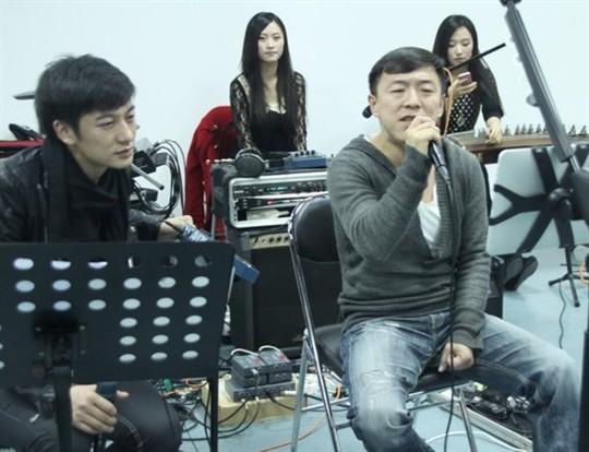 并于信乐团共同合唱了信乐团经典曲目《海阔天空》.