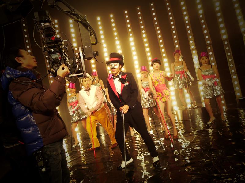 拍摄花絮 居家男人 mv将发 面具歌者 献荧屏首秀 高清图片