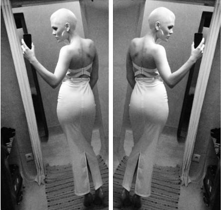 Jessie J光头展别样性感 超短裤劈腿比基尼泳装秀图片