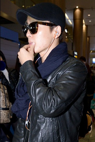 sj-m素颜现身机场 口罩墨镜遮面