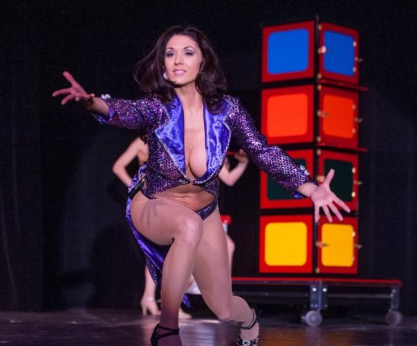 美女艳舞表演_美国魔术师穿丁字裤当台跳艳舞 美女演员裸胸示人