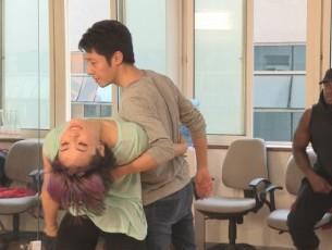 撒贝宁同美女热舞 用力过猛擦伤大腿内侧