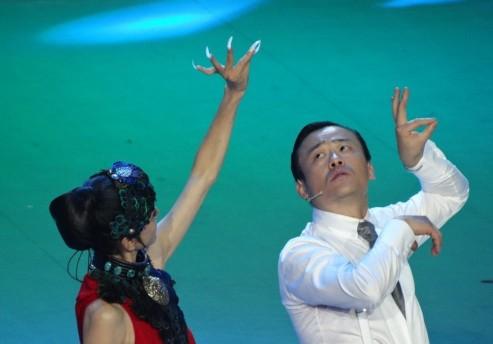 杨丽萍教周立波 孔雀舞 大幅度动作险被摸胸