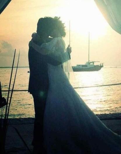 刘芸郑钧马尔代夫办婚礼 两人海边拥吻