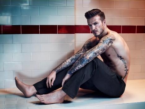 小贝内裤广告大片 裸上身大秀纹身腹肌