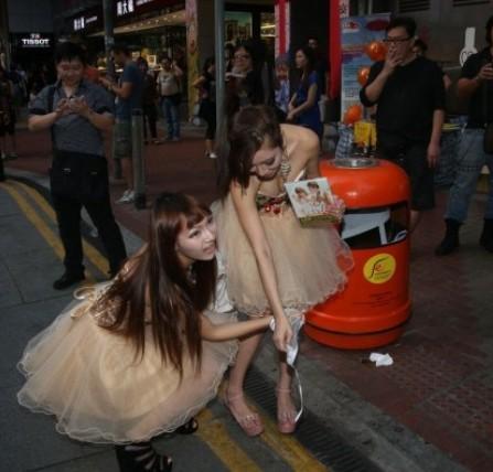 女子组合ad2当街脱内衣内裤