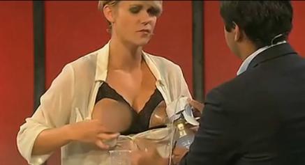 挪威喜剧女演员直播节目上公开露乳挤奶图片