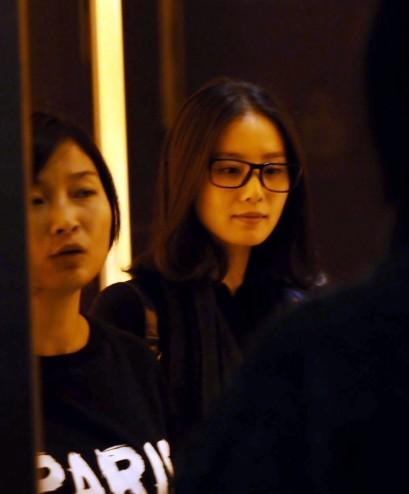 刘诗诗素颜现身酒店 披头散发快步疾走|歌曲推广