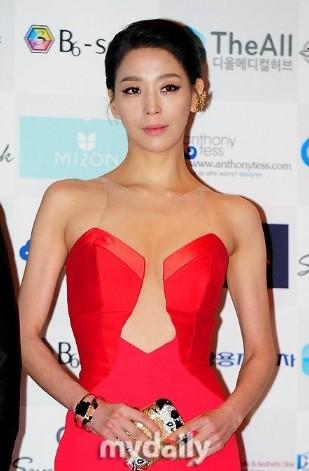 韩女星撑亚洲模特颁奖礼
