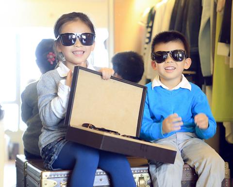 刘涛与儿女收拾行李 萌娃躲进箱子可爱逗趣