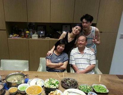 父母晚餐生活照