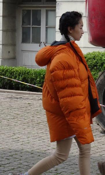 周冬雨夏天裹厚重棉衣素颜现身