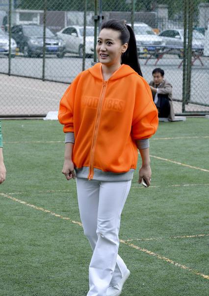 36岁辣妈教小朋友踢球