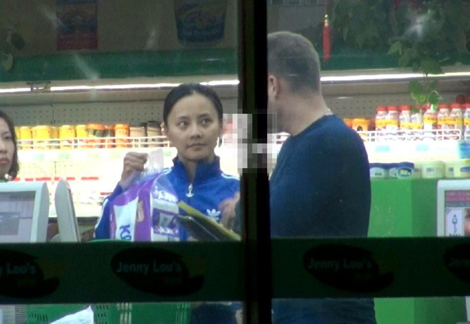 马雅舒素颜携洋老公逛超市一路撒娇