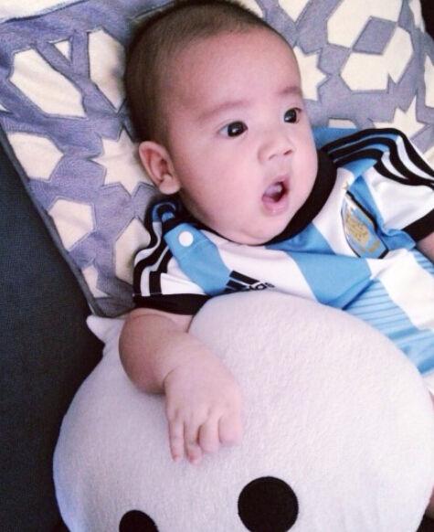 梁静茹在微博晒出儿子穿球衣的大眼萌照,网友评论称太可爱了.