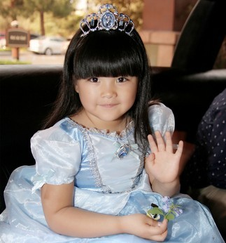 日前,王诗龄一家三口受邀前往迪士尼游园度假.小公主王诗
