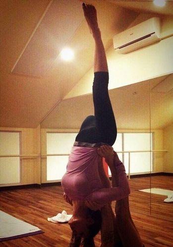 滨崎步与公一起练瑜伽