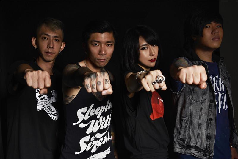 闪星乐队成员有:主唱赵梦,吉他张帅,贝斯刘畅,鼓手孙振的最佳阵容