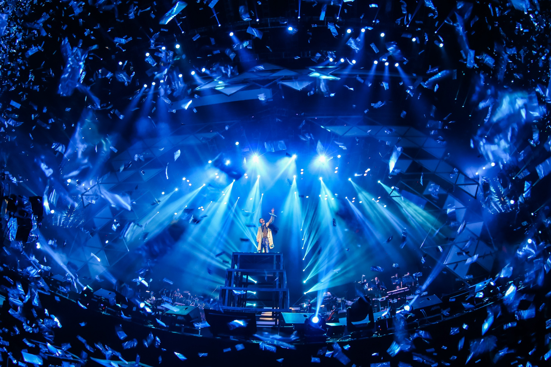 舞台方面,动感的镭射灯光效果与流光溢彩的舞美相得映彰,还有超炫的